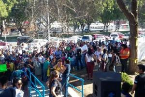 Cientos de maestros y padres de familia se manifestaron afuera de l Sistema Educativo Estatal en Tijuana el 15 de feberero de 2016. Foto Julieta Martínez